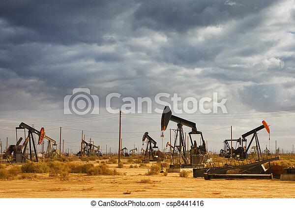 Campo de petróleo en el desierto - csp8441416