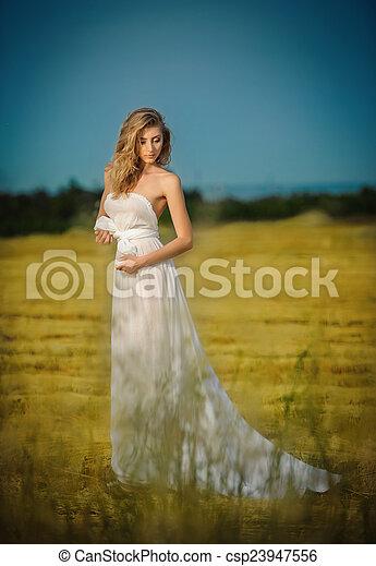 Mujer Vestida De Blanco En El Campo Una Joven Con Un