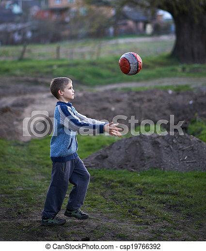 El chico del campo juega la pelota - csp19766392
