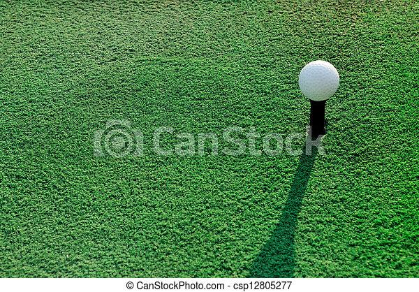 Bola de golf en el prado verde - csp12805277