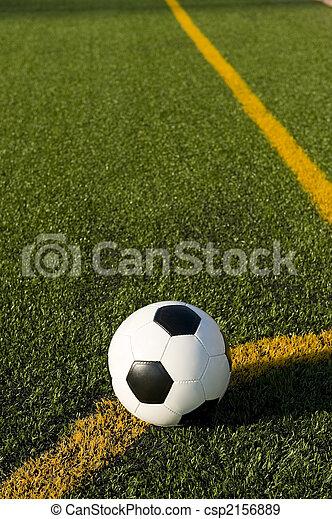 Bola de fútbol y fútbol en un campo - csp2156889