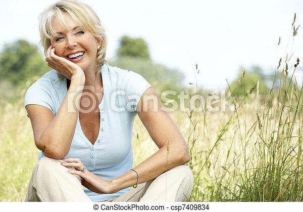 campo, retrato, mulher, maduras, sentando - csp7409834