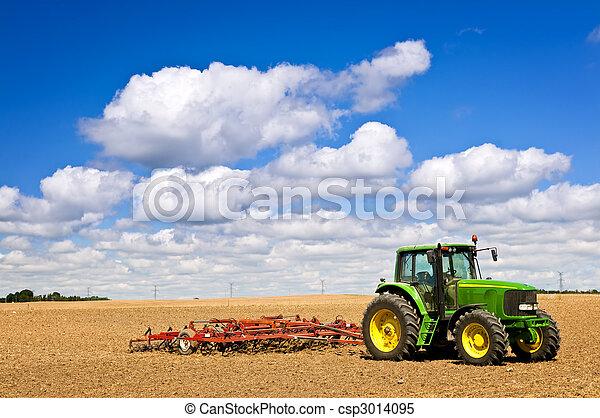 Tractor en campo arado - csp3014095