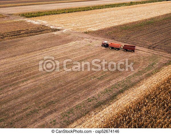 Vista aérea del tractor agrícola en el campo - csp52674146