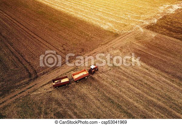 Vista aérea del tractor agrícola en el campo - csp53041969