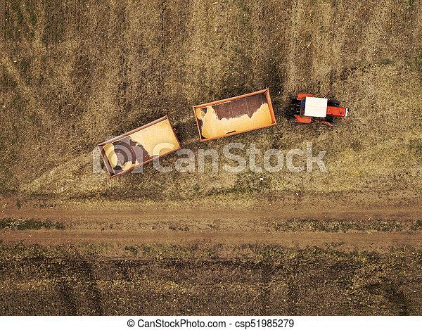 Vista aérea del tractor agrícola en el campo - csp51985279