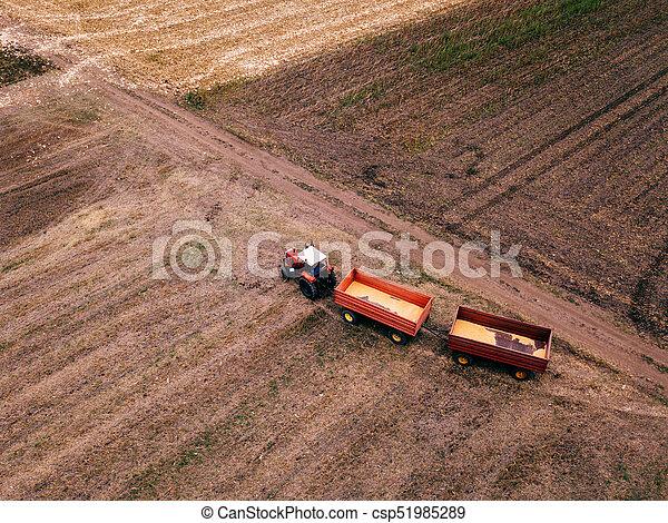 Vista aérea del tractor agrícola en el campo - csp51985289