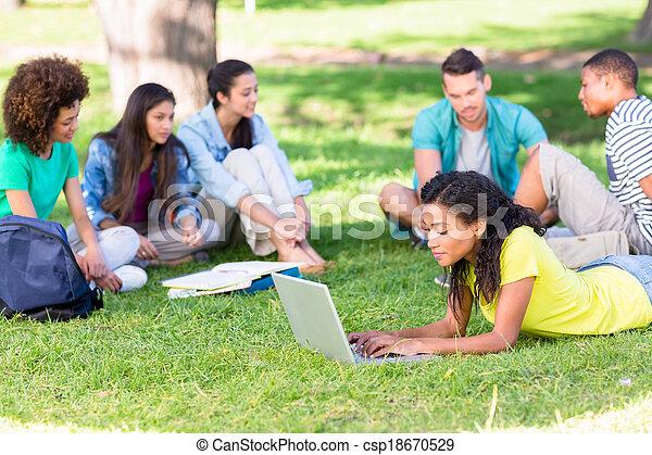 campus, studenci, badając, uniwersytet - csp18670529