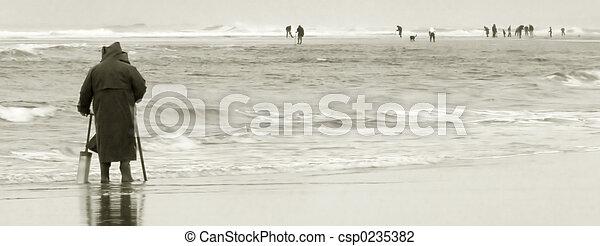 Razor Clam Diggers, Oregon Coast - csp0235382