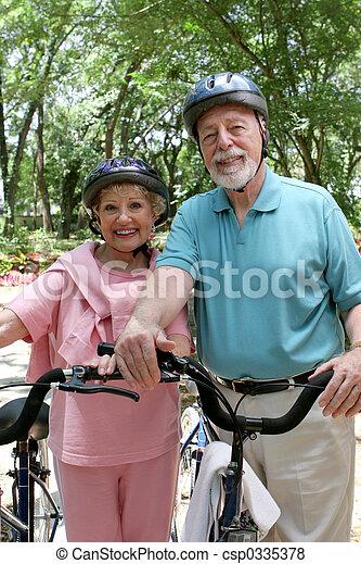 images de cyclisme personne agee s curit une s duisant personne csp0335378. Black Bedroom Furniture Sets. Home Design Ideas