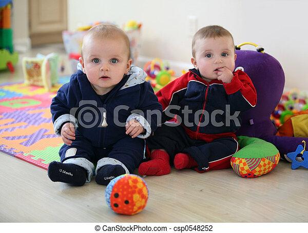 bebê, irmãos, tocando - csp0548252