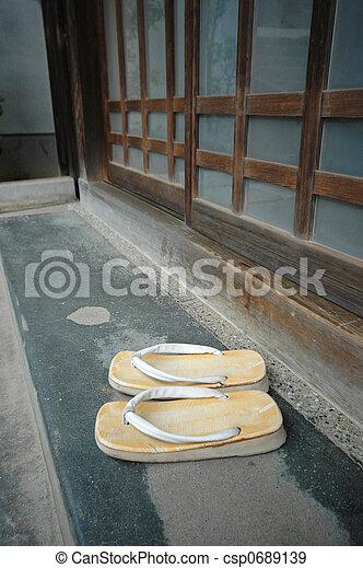 banque de photographies de maison japonaise typique a paire de chausson dehors. Black Bedroom Furniture Sets. Home Design Ideas