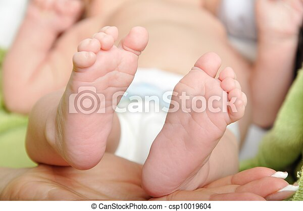 Baby feets in mommy's hand - csp10019604