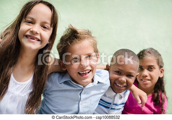 Kinder, Spaß, Lächeln, glücklich, Haben, Umarmen - csp10088532