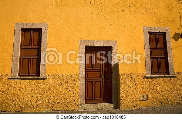 amarillo, Adobe, casa, marrón, puertas, Morelia, México - csp1018485