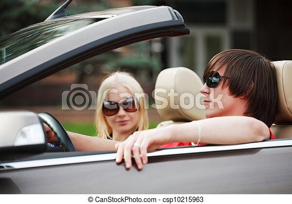 image de cabriolet voiture couple jeune jeune couple dans a csp10215963 recherchez. Black Bedroom Furniture Sets. Home Design Ideas