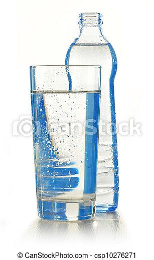 Agua mineral en botella de vidrio