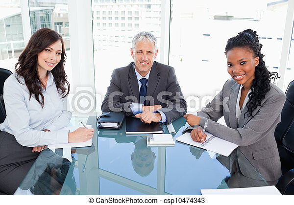 photo directeur sourire s ance bureau devant fen tre entre deux coll gues image. Black Bedroom Furniture Sets. Home Design Ideas