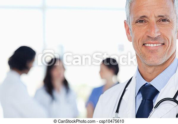 seu, doutor, internos, médico, atrás de, sorrindo, ele - csp10475610