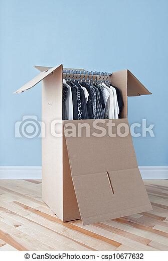 Stock foto garderobe kasten mit kleidung bereit für bewegen