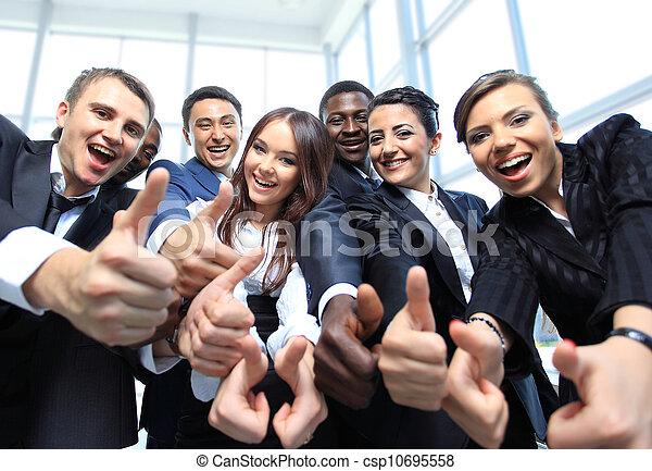 escritório, negócio, cima, multi-étnico, polegares, equipe, Feliz - csp10695558