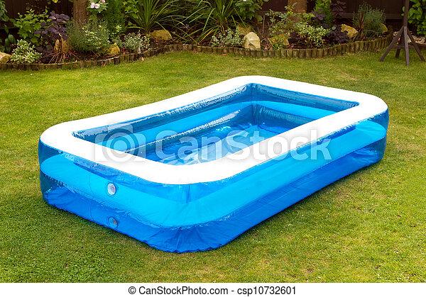 Photographies de gonflable natation jardin piscine anglaise une csp10732601 for Jardin 0 l4anglaise