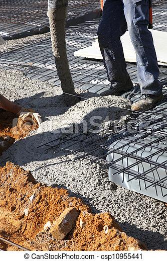 stock foto von arbeiter gie en beton geb ude standort arbeiter csp10955441 suchen. Black Bedroom Furniture Sets. Home Design Ideas