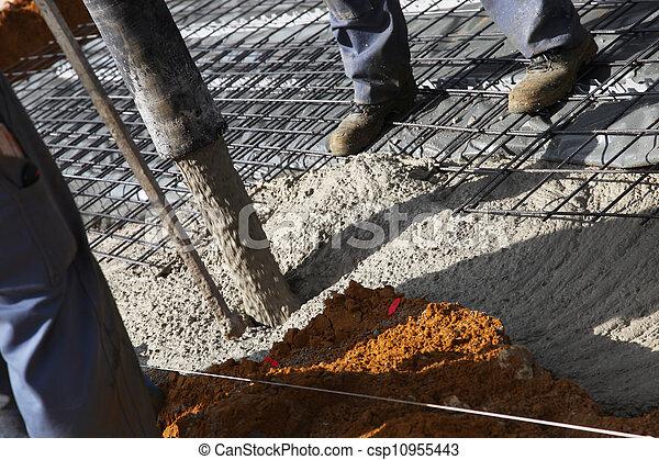 stock foto von arbeiter gie en zement grundlagen aus stahl csp10955443 suchen sie. Black Bedroom Furniture Sets. Home Design Ideas