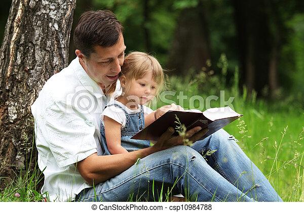 父親, 閱讀, 聖經, 女儿 - csp10984788