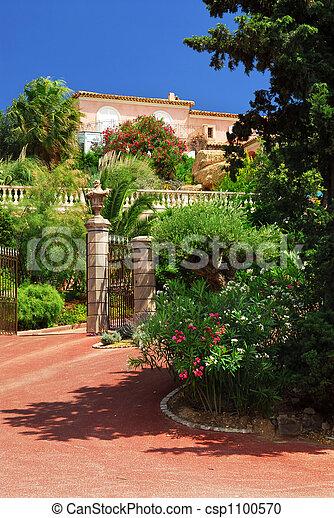 photographies de devant luxuriant jardin villa lush jardin devant a csp1100570. Black Bedroom Furniture Sets. Home Design Ideas