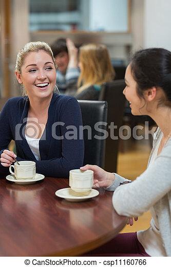 Tienda, café, mujeres, Charlar, Sentado - csp11160766