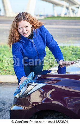 photo de s duisant femme nettoyage voiture phares csp11823621 recherchez des photographies. Black Bedroom Furniture Sets. Home Design Ideas