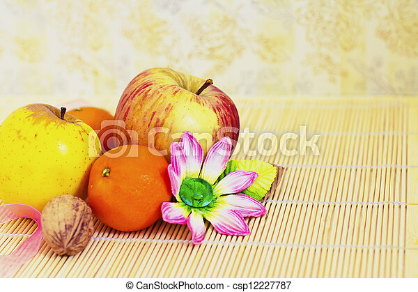 winter fruits: apples and clementines