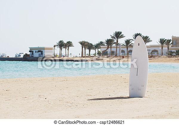 Stock fotos de windsurfing arena playa solo tabla for Arena de playa precio