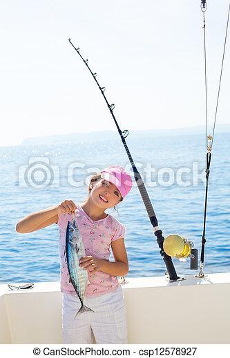 niño, poco, niña, pesca, barco, tenencia, poco, tunny, Atún, pez, coger, barra, revolviendo, carretes - csp12578927