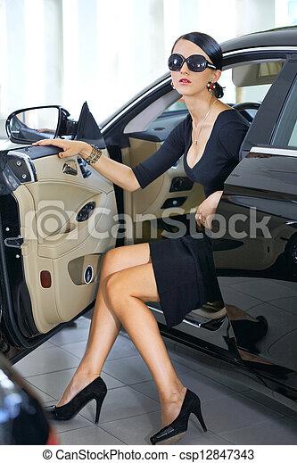 photo de jambes voiture femme long l gant sexy femme dans csp12847343 recherchez. Black Bedroom Furniture Sets. Home Design Ideas