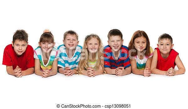 Stock bilder von sieben kinder liegen boden wei es for Boden liegen