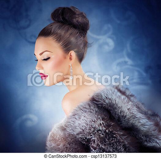 Winter Girl in Luxury Fur Coat. Fashion Fur. Jewelry - csp13137573