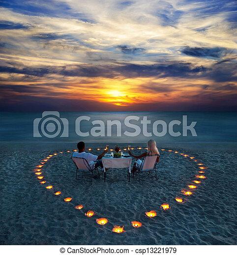romantische, Paar, Anteil, junger, abendessen, sandstrand - csp13221979