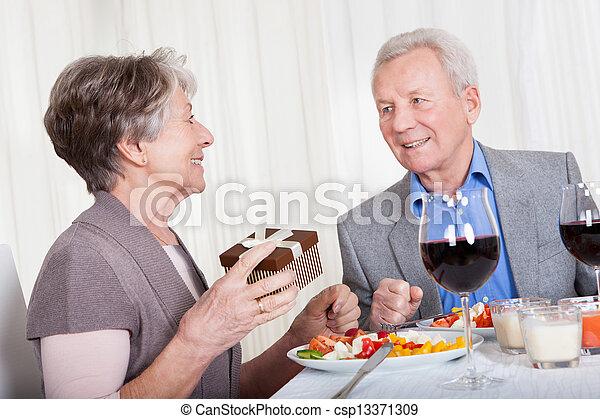 photographies de personne agee homme donner cadeau personne agee csp13371309. Black Bedroom Furniture Sets. Home Design Ideas