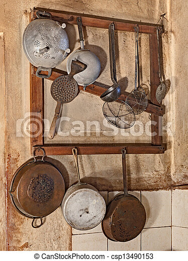 Stock beelden van oud keukengerei keukengerei hangend keuken oud land csp13490153 - Deco keuken oud land ...