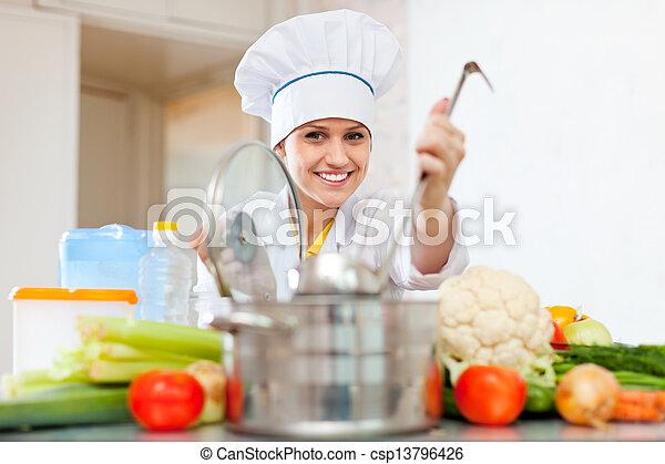 Photo heureux cuisinier toque pr pare v g tarien for Cuisinier vegetarien
