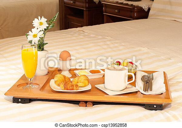 Stock im genes de bandeja cama en desayuno la - Bandeja desayuno cama ...