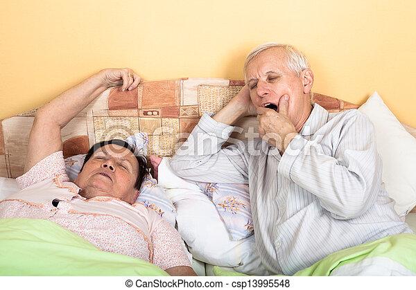 photo de somnolent personne agee couple lit somnolent personnes csp13995548. Black Bedroom Furniture Sets. Home Design Ideas