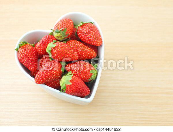photos de fraise coeur forme bol csp14484632 recherchez des images des photographies et. Black Bedroom Furniture Sets. Home Design Ideas
