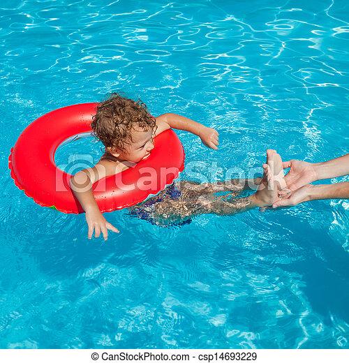 photo de gar on peu caoutchouc anneau piscine natation peu csp14693229 recherchez. Black Bedroom Furniture Sets. Home Design Ideas