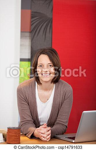 Stock de fotos de tienda sonriente vendedora decorador for Decorador de fotos