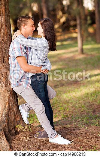 Adolescents blonds s'embrasser pour