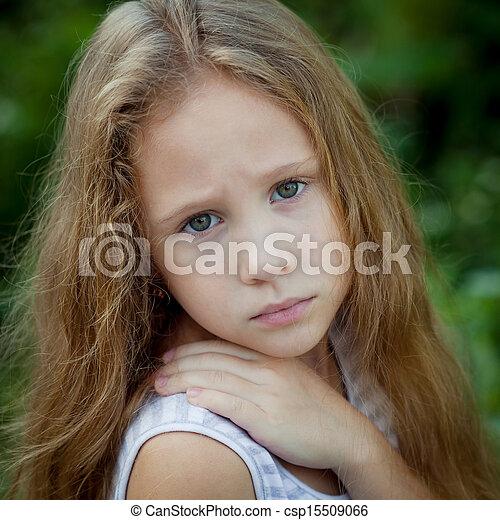 肖像画, 悲しい子供 - csp15509066