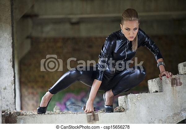 image de femme combat cuir tenue robe couteau femme dans csp15656278 recherchez. Black Bedroom Furniture Sets. Home Design Ideas
